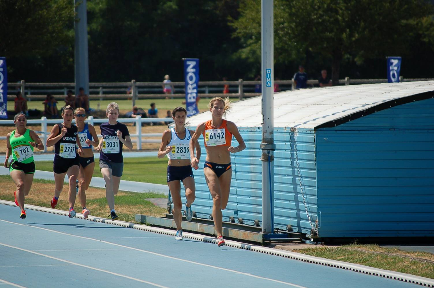 Jazlin Ruinemans neemt de kop in de series 800m (copyright Paul Wolters)