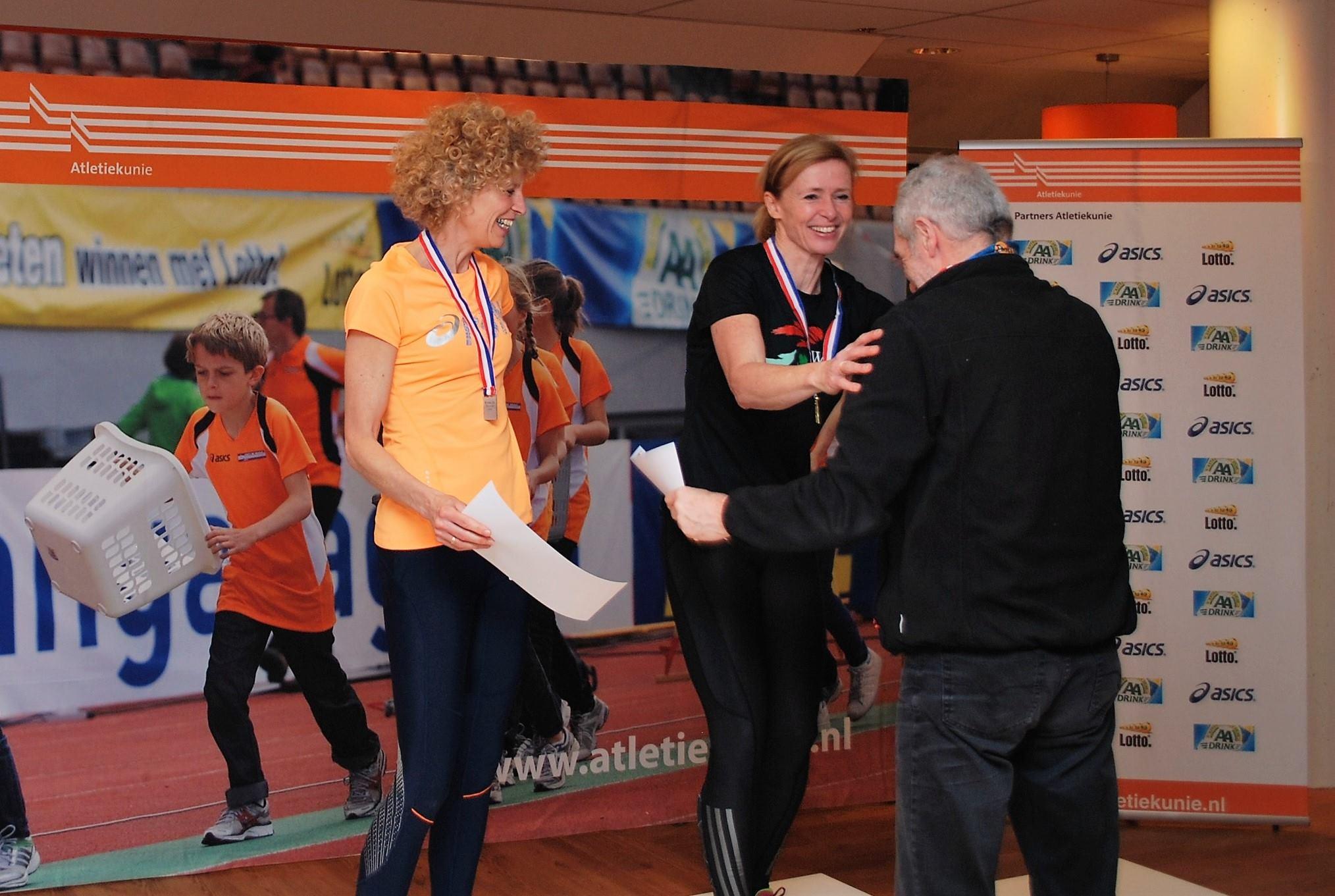 Valerie Klostermann neemt haar welverdiende prijs in ontvangst na haar verbetering van het Nederlands record in de klasse V50 naar een tijd van 27.52. Foto met dank aan Simone van Geel-Herlaar die met een tijd van 27.70.