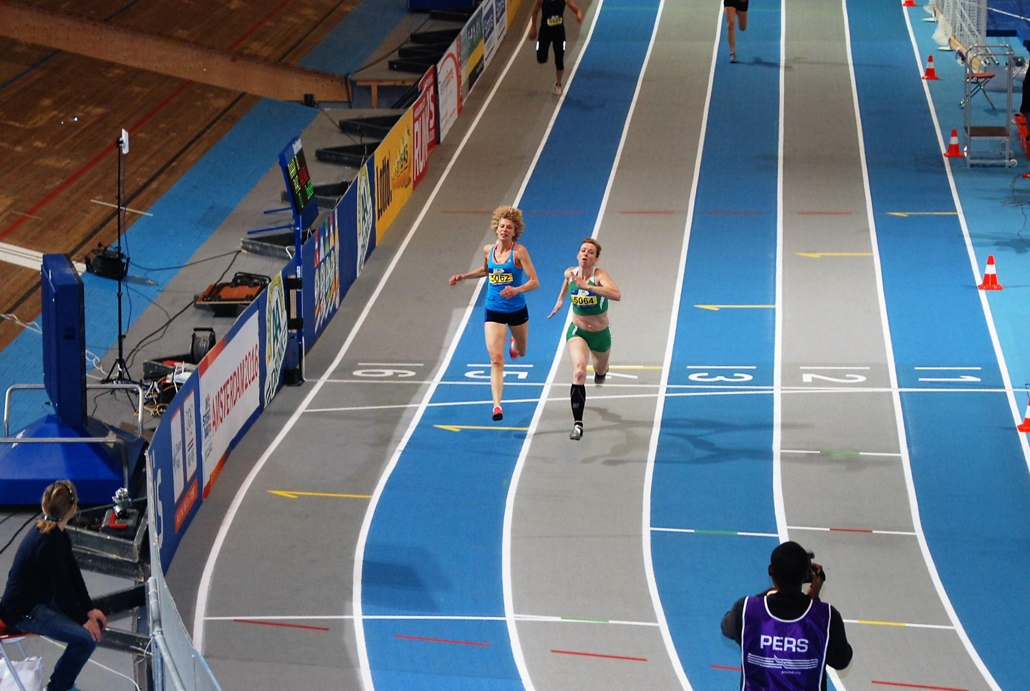 Valerie Klostermann passeert hier de finish in een nieuw Nederlands Record in de klasse V50 van 27.52. Simone van Geel-Herlaar zit hier vlak achter en finished in een tijd van 27.70.