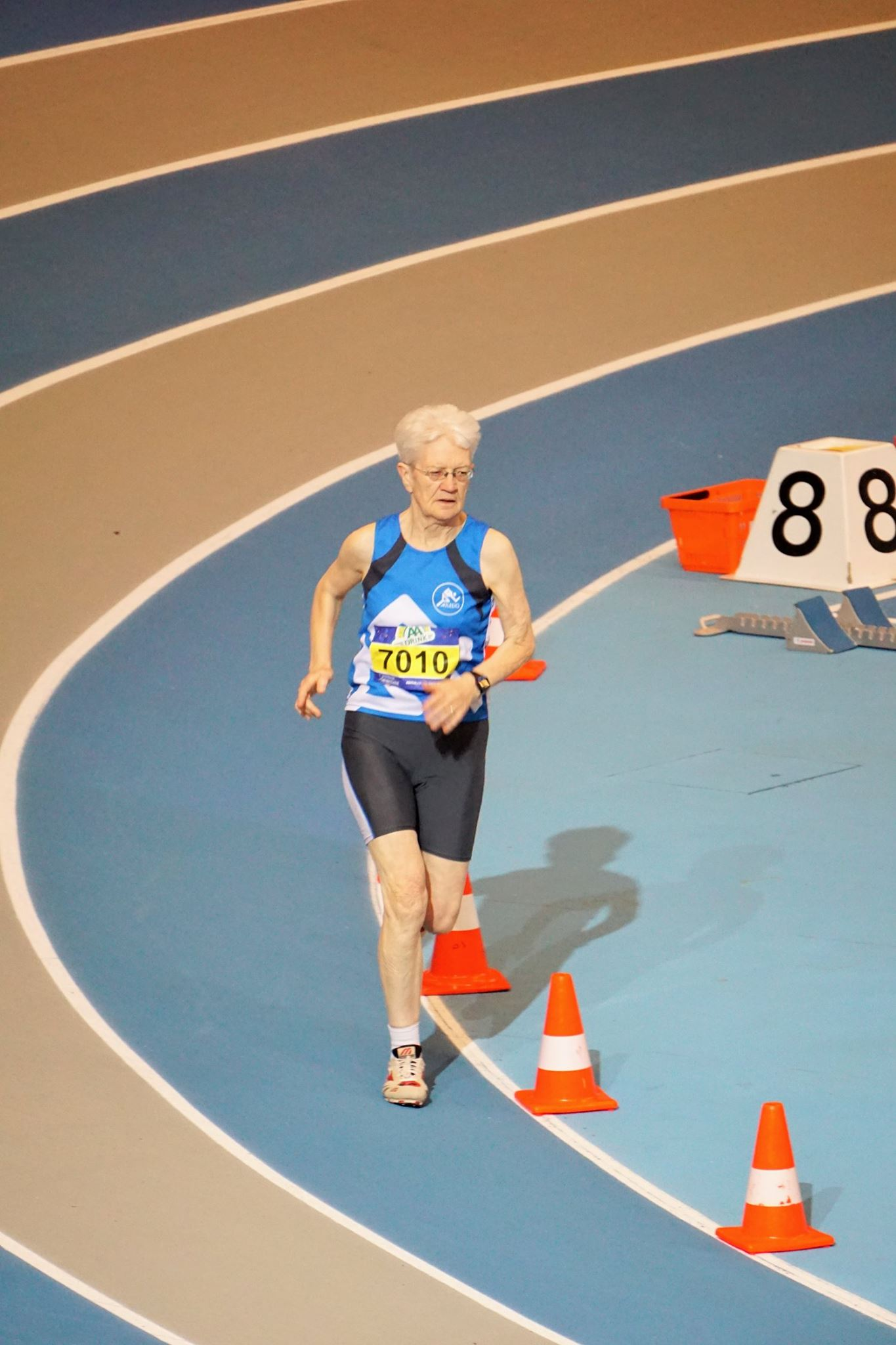 Riet Jonkers op weg naar een nieuw Nederlands Record op de 1500 meter in de categorie V70.