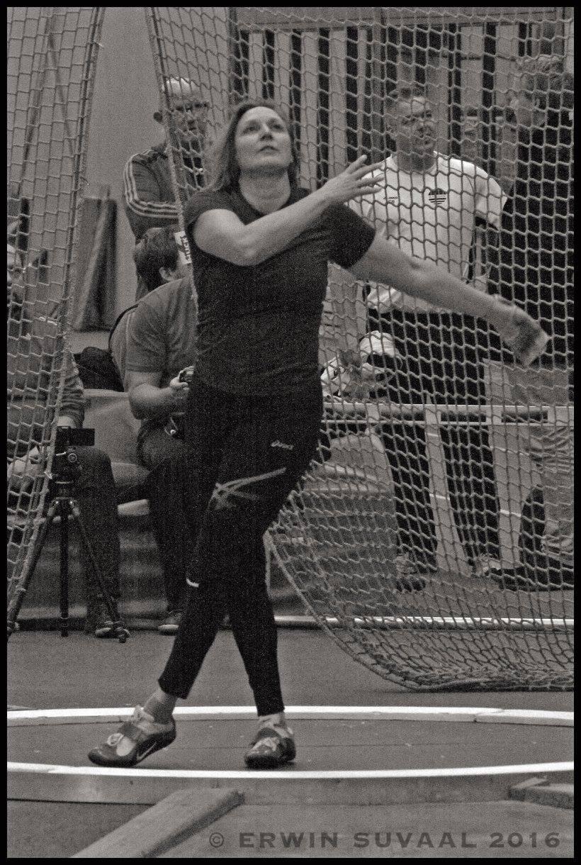 V50 Gonny Mik kijkt haar worp na tijdens de wedstrijd gewichtwerpen in Sittard