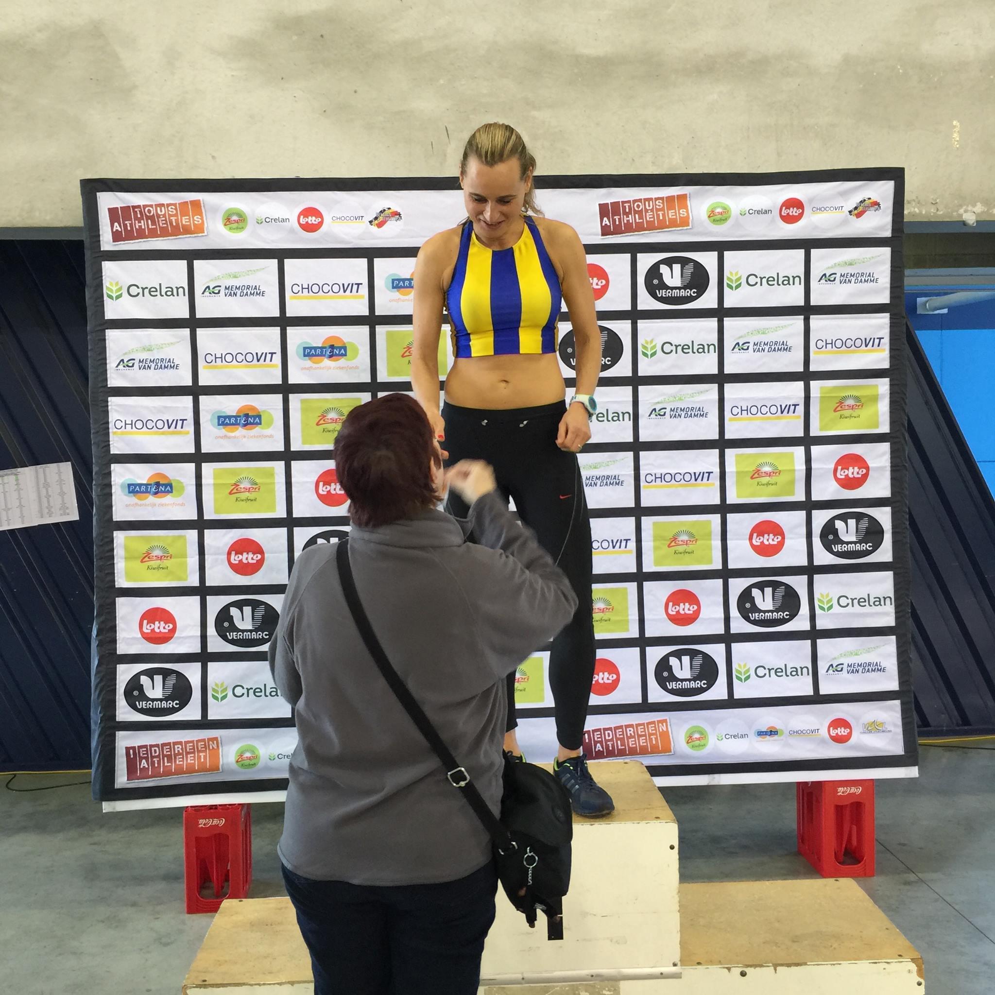 Nathalie die de prijs van kampioene district Antwerpen op de 60m in ontvangst neemt.