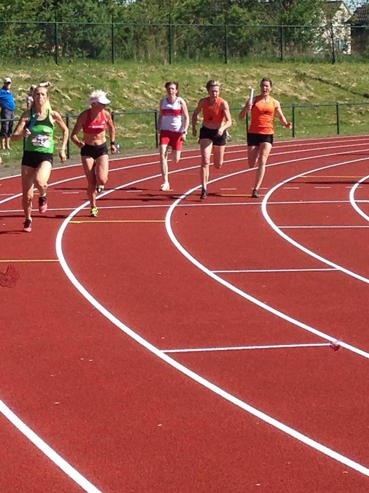 De dames van Ciko ' 66 (in het oranje) sneller hier naar een nieuw Nederlands record in de categorie V40.