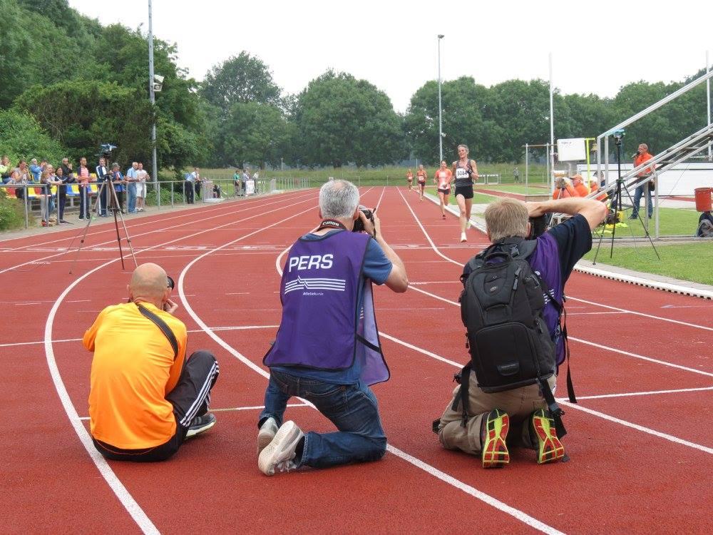 Inez-Anne Haagen wordt door de pers fotografen belaagd bij haar aankomst over de finish.