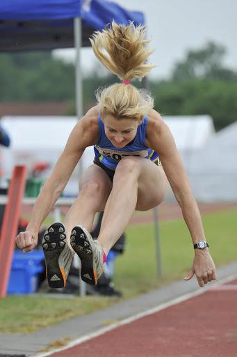 Helen Boelens hinkstapt in de categorie V50 naar een afstand van 8 meter en 65 centimeter.
