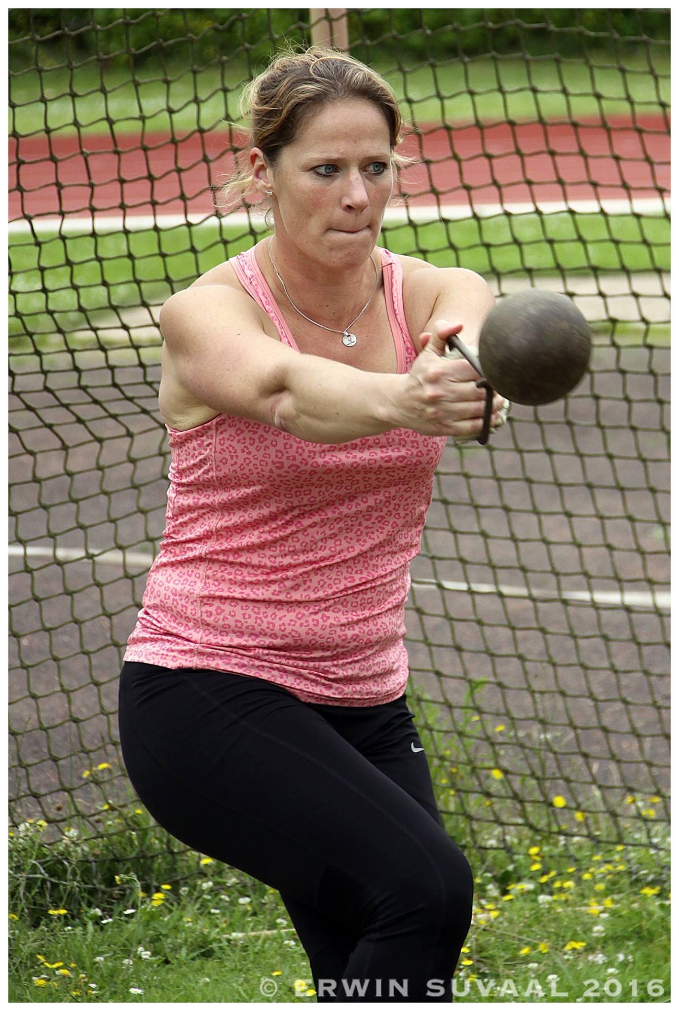 Wendy Koolhaas in actie bij het gewichtwerpen.