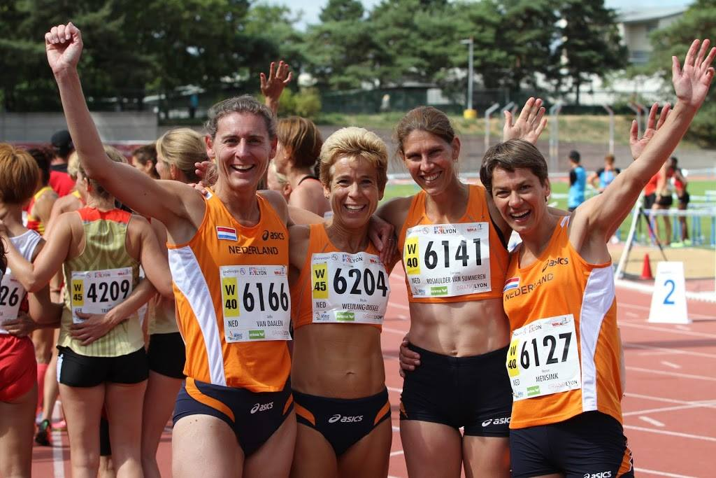 Aafke van Daalen (uiterst links op  de foto) komt vandaag in actie op de 100m in de klasse V45.